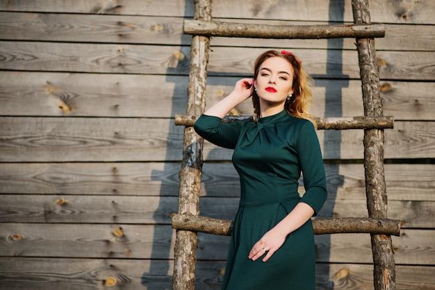 Yong elegantie blonde vrouw op groene jurk
