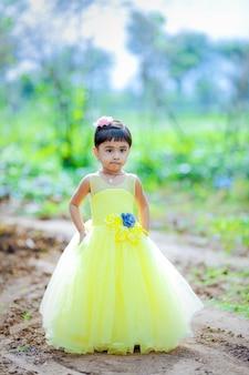 Yong indisch schattig kind poseren