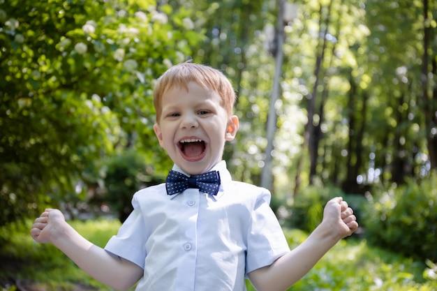 Yong kleine jongen blij