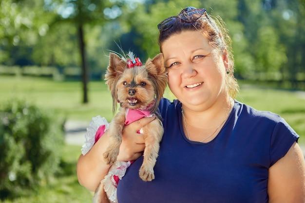 Yorkshire terrier hond in armen van dikke volwassen vrouw