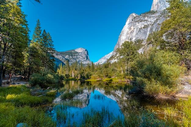 Yosemite national park, californië, verenigde staten. mirror lake en zijn zwemgedeelte