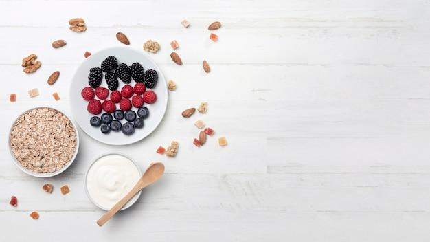 Yougurt met fruit en kopie-ruimte