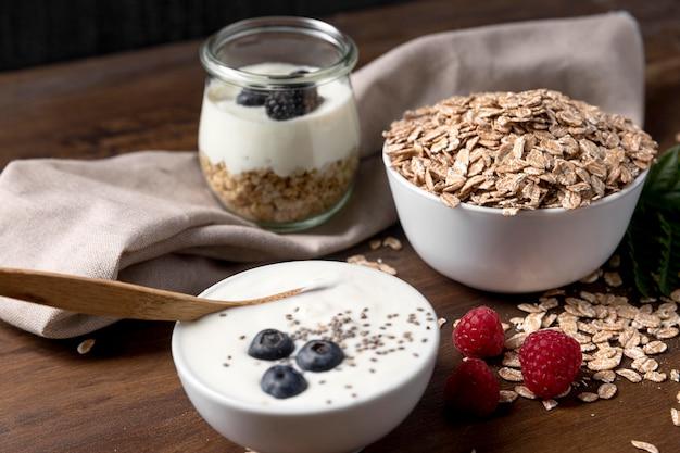 Yougurt met muesli en fruit op het bureau