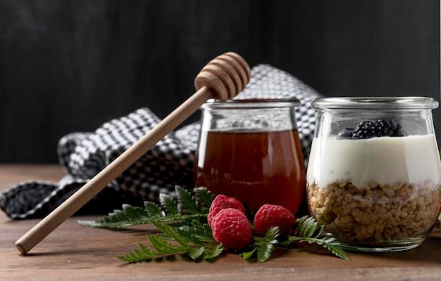 Yougurt met muesli en fruit op tafel
