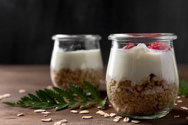 Yougurt met muesli granen en fruit op het bureau