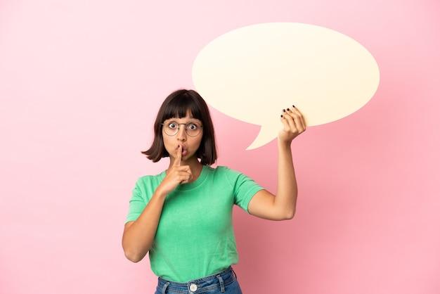 Youing-vrouw die een lege tekstballon vasthoudt en een stiltegebaar doet