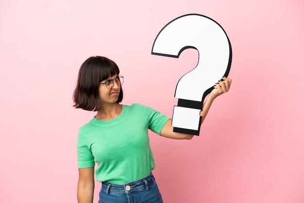 Youing vrouw met een vraagteken icoon en twijfels