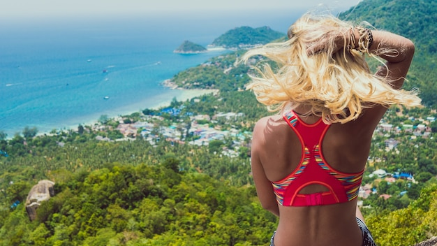 Young beuatiful girl zit op koh tao island view to sairee beach en nang yuan island