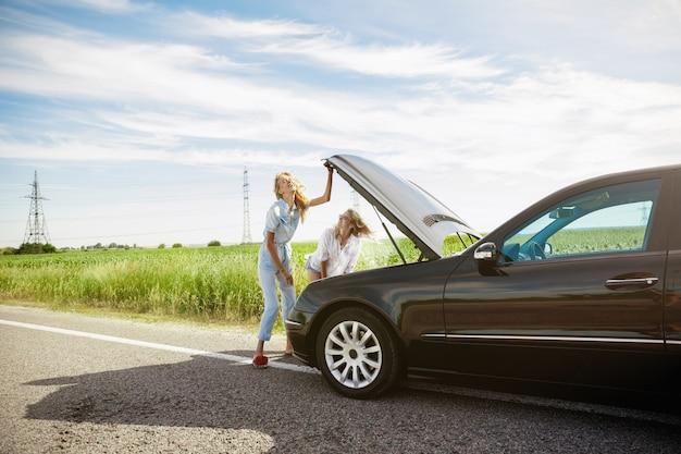 Youngcouple gaat op vakantie reis op de auto in zonnige dag