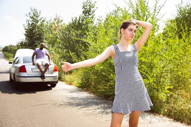 Youngcouple reizen op de auto in zonnige dag