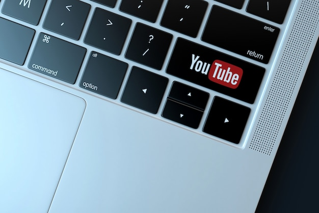 Youtube-pictogram op laptop toetsenbord. technologie concept