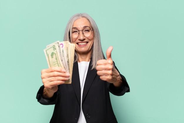 Ysenior jonge onderneemster met dollarbankbiljetten