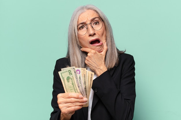 Ysenior pre zakenvrouw met dollar biljetten. geld concept