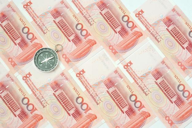Yuan-bankbiljetten uit de chinese munt. chinese bankbiljetten en kompas