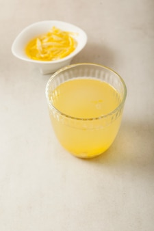 Yujacha (yuja-thee of yuzu-thee) is een populaire koreaanse thee en yuja-marmelade in kom. selectieve aandacht, kopieer ruimte.