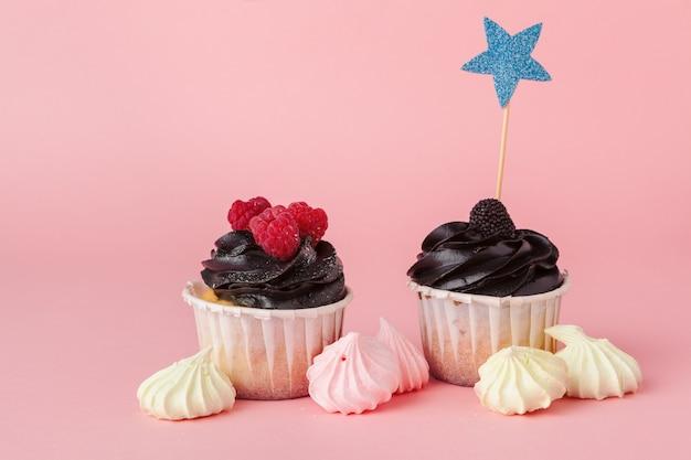 Yummy cupcake op lichtrose dichte omhooggaand als achtergrond