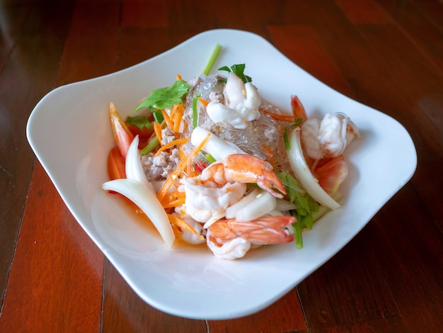 Yummy kruidige zeevruchtensalade van vermicelli