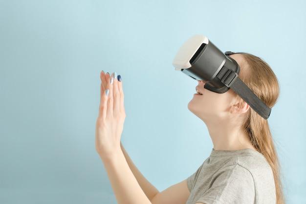 Yuongvrouw met glazen virtual reality.