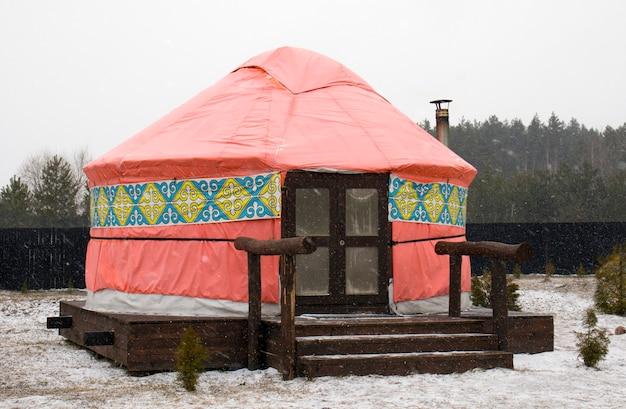 Yurt. mongoolse yurt. glamperen. woning van turkse en mongoolse volkeren. tijdelijke woning van de volkeren van centraal-azië.