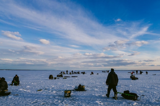 Yuryevets, rusland - maart 27, 2019: mannenvissers die in de winter op het ijs vissen