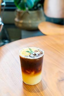 Yuzu oranje koffieglas in café-restaurant van de coffeeshop
