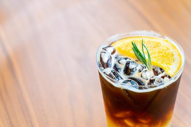 Yuzu oranje koffieglas in coffeeshop café-restaurant