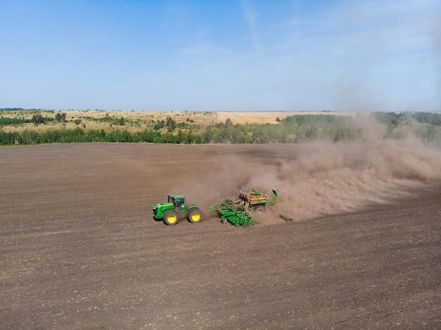 Zaaien van wintertarwe tractor vanuit de lucht