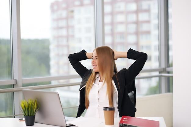 Zaakvoerder van een vrouw, een advocaat voor rechtsbescherming, op kantoor
