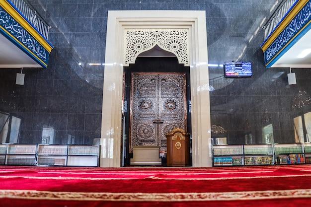 Zaal voor het bidden van een moskee met mimbar of preekstoel