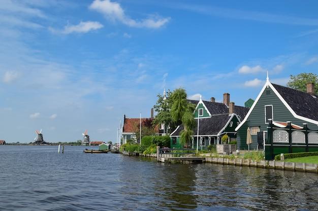 Zaanse schans, nederland, 19 juni 2016: landschapsmening van de prachtige huizen en windmolens in de zaanse schans, nederland op 19 juni 2016.