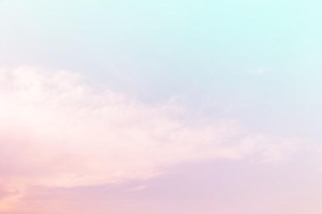 Zacht bewolkt is gradiënt pastel, abstracte hemelachtergrond in zoete kleur.