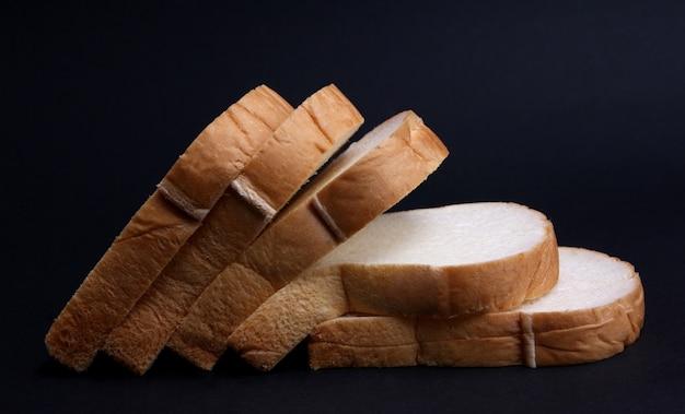 Zacht brood met een zwarte achtergrond.