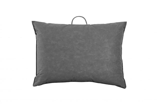 Zacht kussen in de grijze plastic zak tegen wit. kussen in de pakketzak geïsoleerd. bedsprei verpakt in de pvc-zak. achterkant.