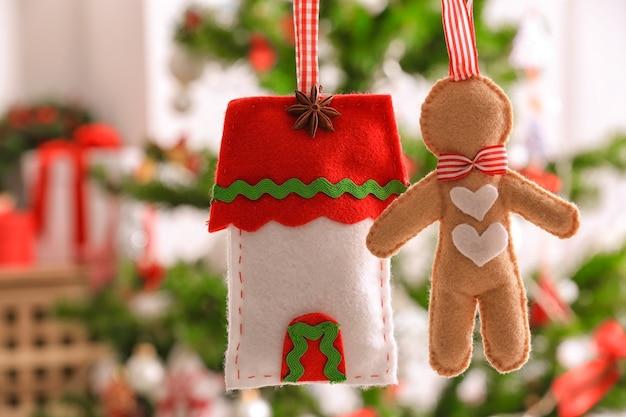 Zacht speelgoed man en kersthuis op wazig oppervlak