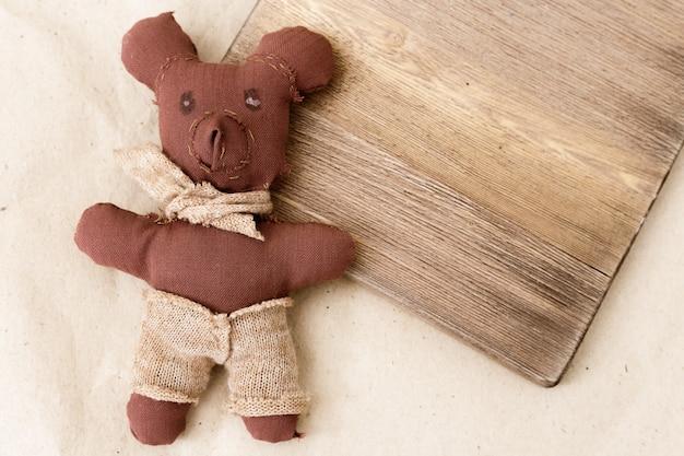 Zacht speelgoed van beer is gemaakt door kind als geschenk. creativiteit van kinderen. met de hand gemaakt van stof van kinderen.