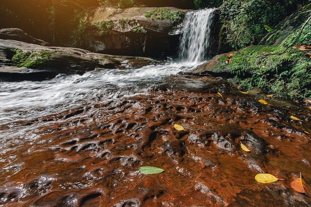 Zacht water van de stroom in het wiman thip waterfall natural park prachtige waterval in het regenwoud