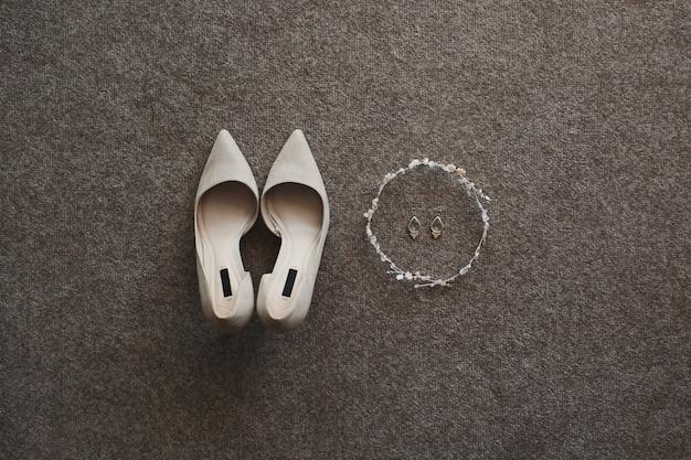 Zachte beige trouwschoenen en oorbellen