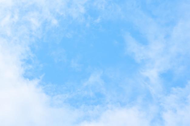 Zachte blauwe hemelachtergrond met de witte pluizige achtergrond van de cloudscapeaard
