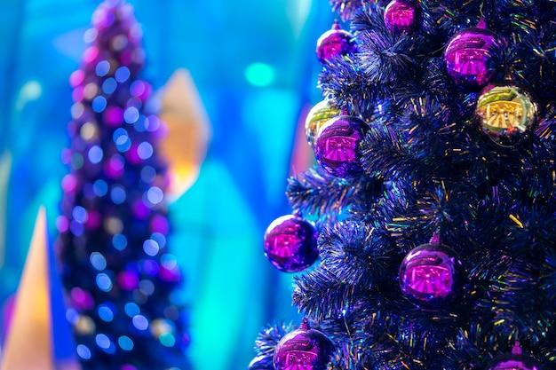 Zachte focus op de discobal close-up. gedecoreerde kerstboom op wazig