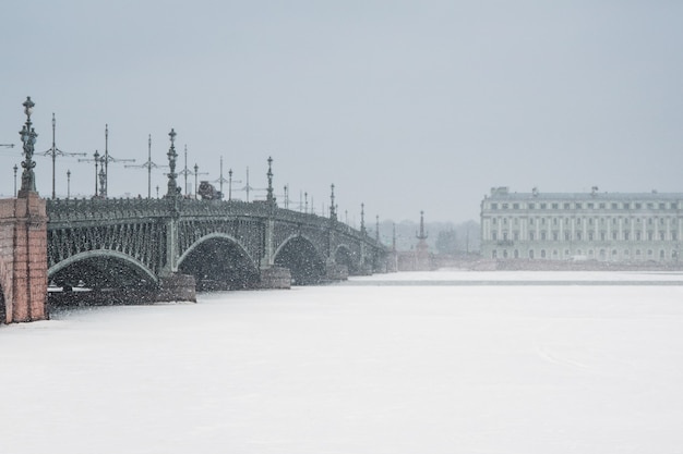 Zachte focus. palace bridge in sint-petersburg tijdens een sneeuwval in de winter. minimalistisch winters stedelijk uitzicht.