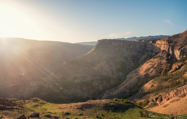 Zachte focus. rotsachtige bergen en het licht van de zon in de ochtend. panoramisch zicht.