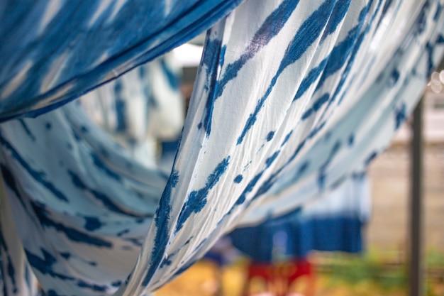 Zachte focus van opknoping met tie dye, geverfde stof met natuurlijke kleur