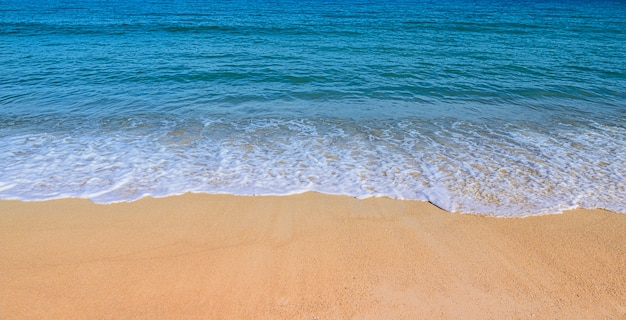 Zachte golf op het strand zomer concept