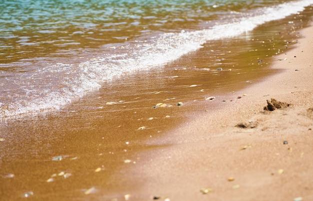 Zachte golf op het strand