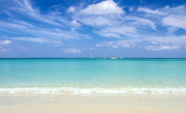 Zachte golf op strand van blauwe oceaan en hemel. achtergrond