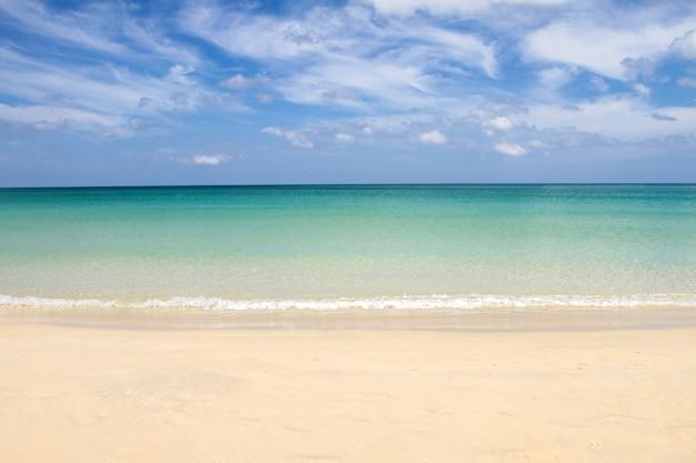 Zachte golf op strand van blauwe oceaan en hemel, phuket, thailand