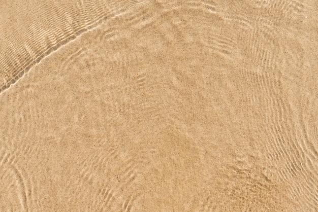 Zachte golf van blauwe oceaan op zandstrand. achtergrond. selectieve focus.