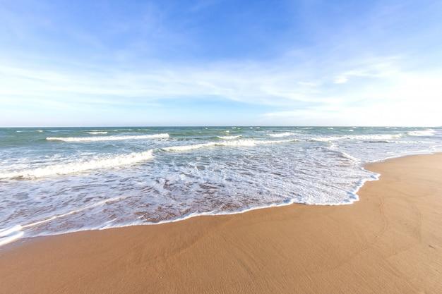 Zachte golf van blauwe zee op tropisch strand abstracte textuur achtergrond