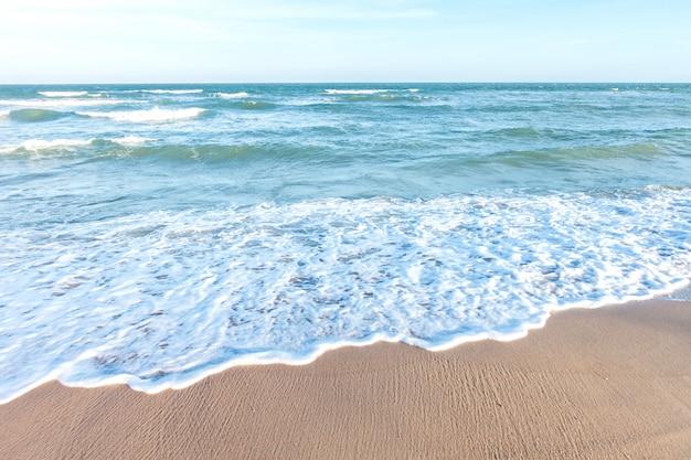 Zachte golf van blauwe zee op tropisch strand