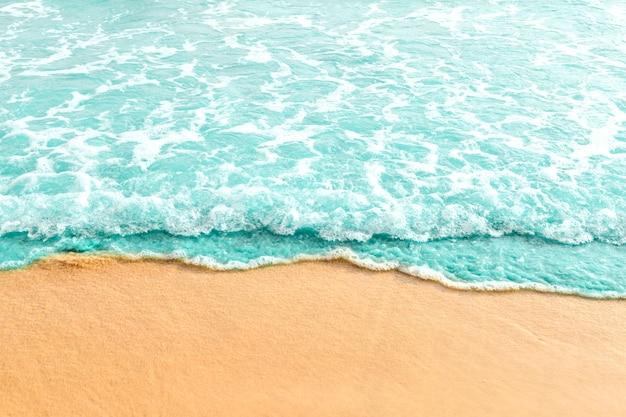 Zachte golf van turquoise oceaan aan zandstrand